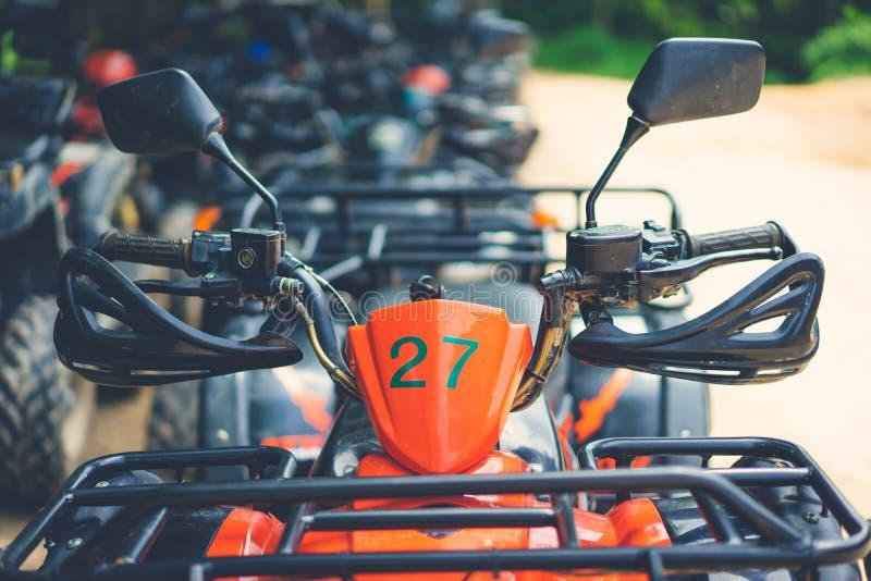 Czerwony atv parking na brudu sposobie fotografia royalty free