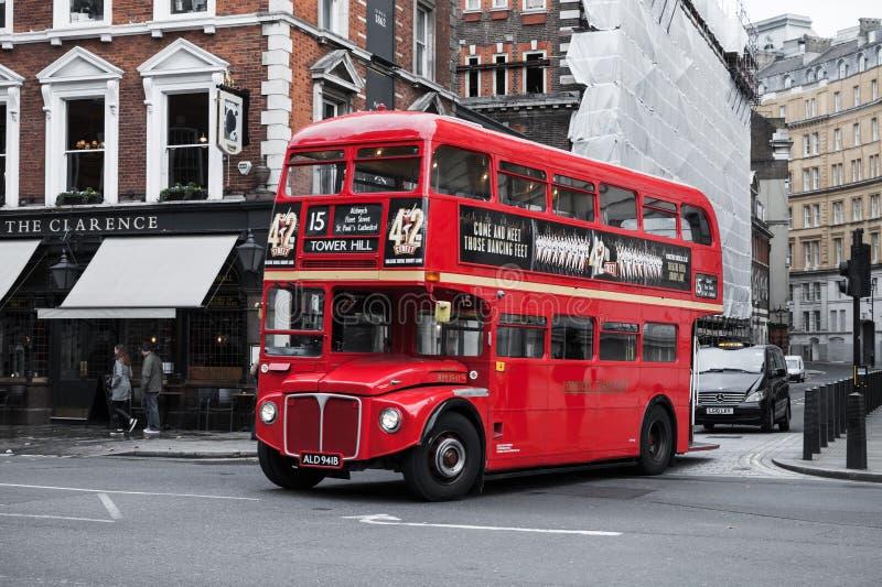 Czerwony autobusu piętrowego autobus na Londyńskiej ulicie zdjęcie stock