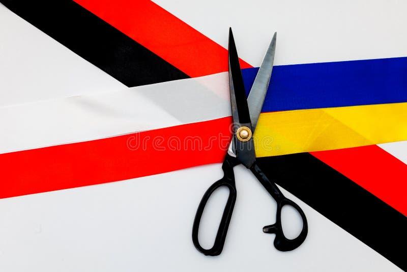 Czerwony błękitny biały żółty czarny konflikt między Ukraina Polska dwa chorągwianego odgórnego widoku ręki dobra sektoru konfron fotografia stock