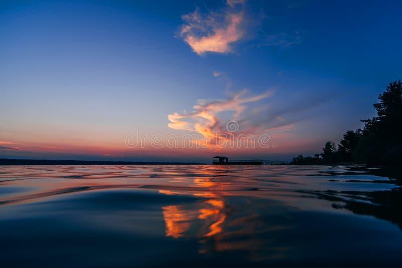 Czerwony błękitny zmierzch z pięknym odbiciem w wodnych fala morze obraz stock