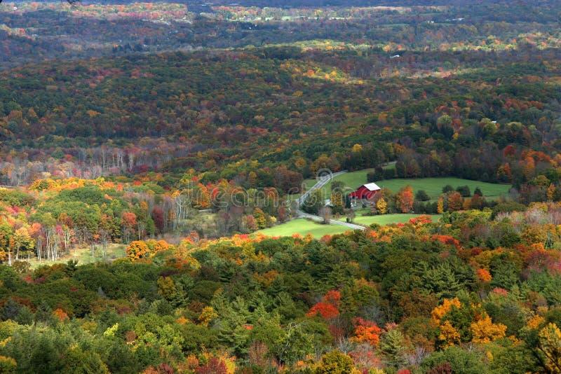 Download Czerwony barn zdjęcie stock. Obraz złożonej z spadek, kolory - 35080