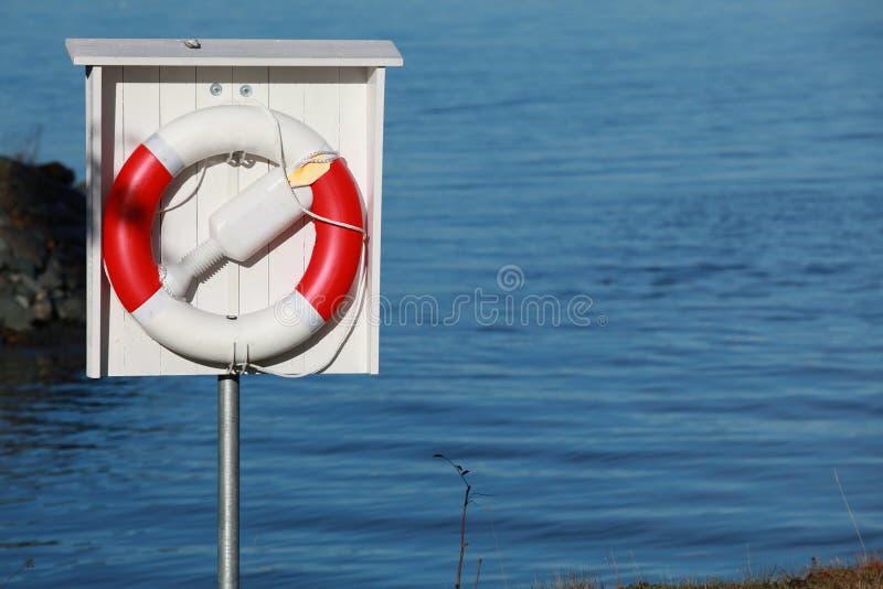 Czerwony biały lifebuoy z arkanami obrazy royalty free