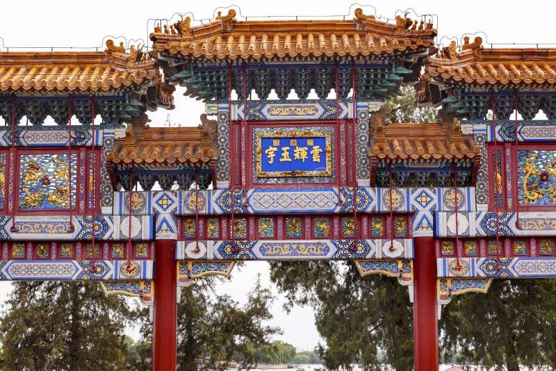 Czerwony Biały Ozdobny bramy lata pałac Pekin Chiny obraz royalty free