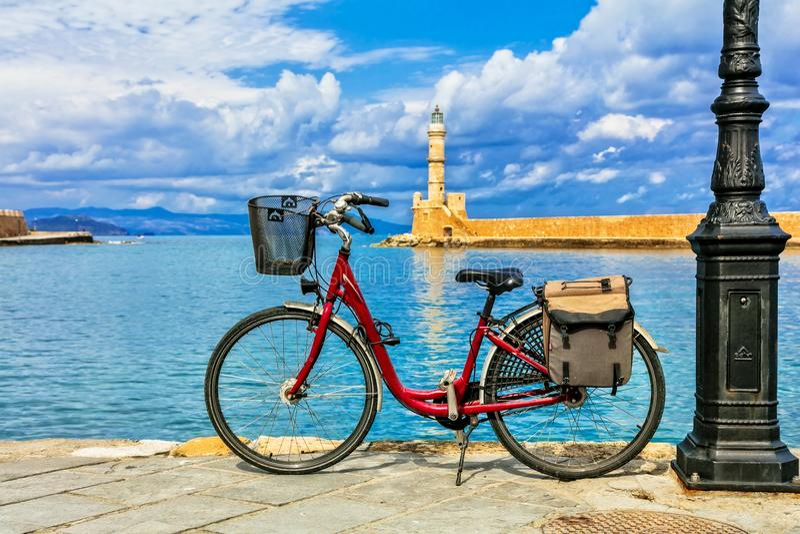 Czerwony bicykl w starym grodzkim Chania w Crete wyspie Grecja zdjęcia royalty free