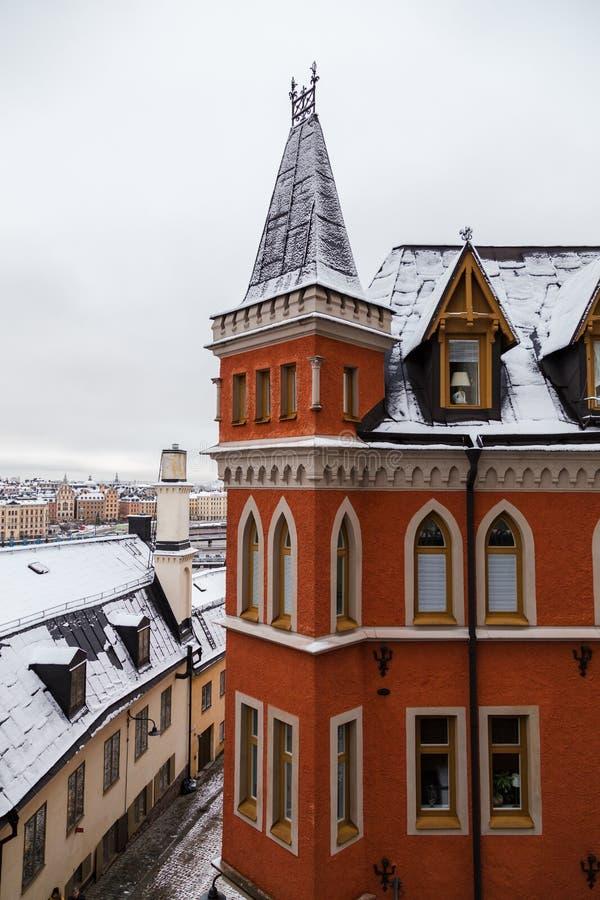 Czerwony budynek mieszkaniowy w starym Sztokholm Szwecja na zima dniu z śniegiem na dachu obrazy stock