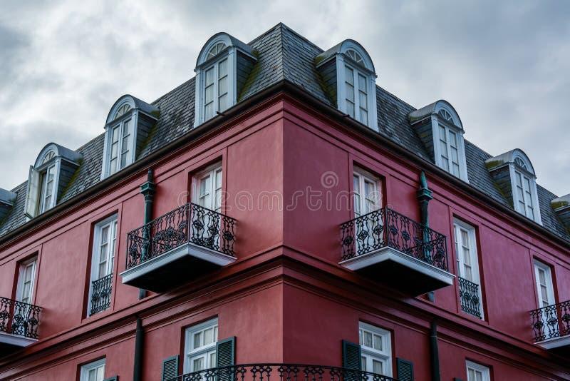 Czerwony budynek w dzielnicie francuskiej w Nowy Orlean, Luizjana fotografia stock