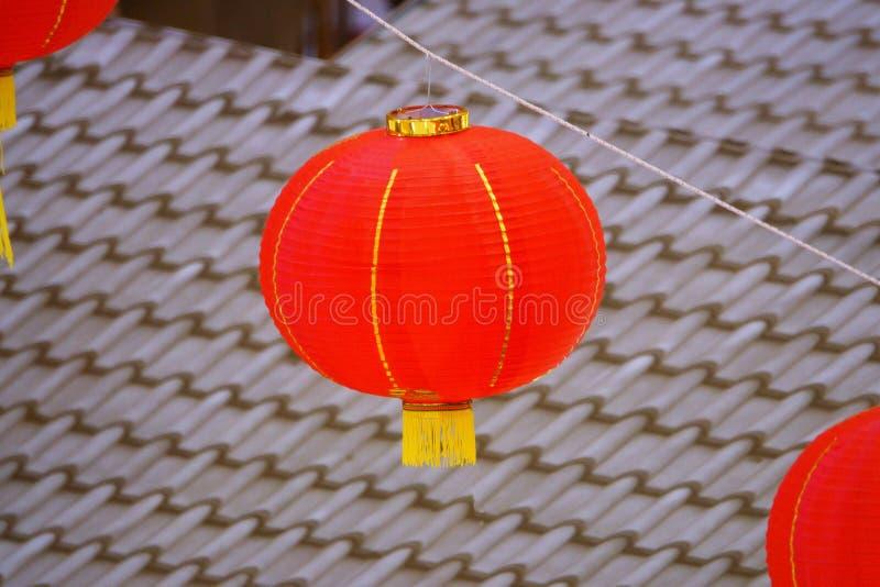 Czerwony Chiński papierowy lampion z złocistym elementem dekoracja dla Chińskiego nowego roku zdjęcie stock