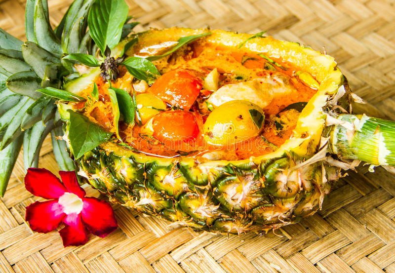 Czerwony curry w ananasowym pucharze fotografia stock