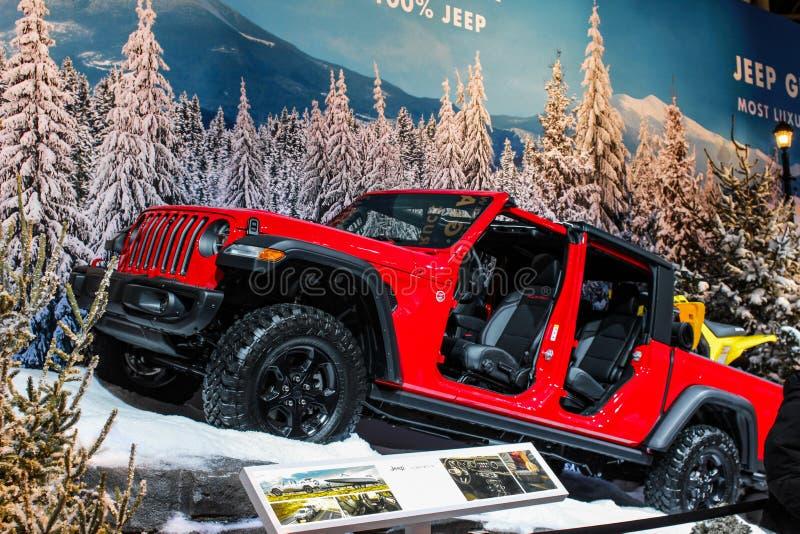Czerwony dżip z drzwiami z wystawiającego przy auto przedstawieniem zdjęcia stock