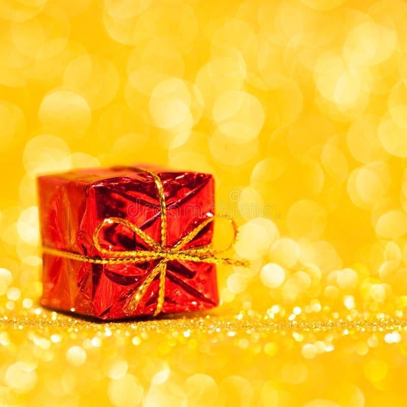 Czerwony dekoracyjny pudełko z wakacyjnym prezentem obrazy stock