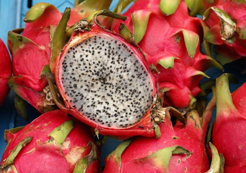 Czerwony dojrzały pitaya lub pitahaya smoka owoc zakończenie up obrazy royalty free