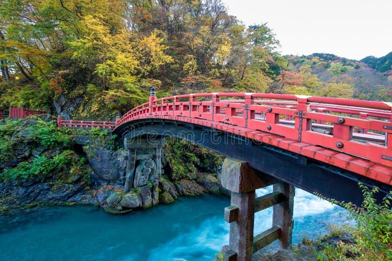 Czerwony drewnianego mosta imię Shinkyo most przy Nikko zdjęcie stock