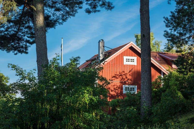 Czerwony drewniany dom na morza bałtyckiego wybrzeżu obraz royalty free
