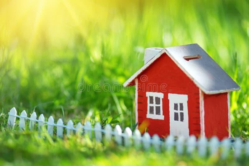Czerwony drewniany dom na trawie obraz stock