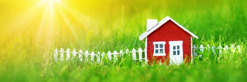 Czerwony drewniany dom na trawie zdjęcie royalty free
