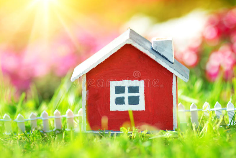 Czerwony drewniany dom na trawie fotografia stock