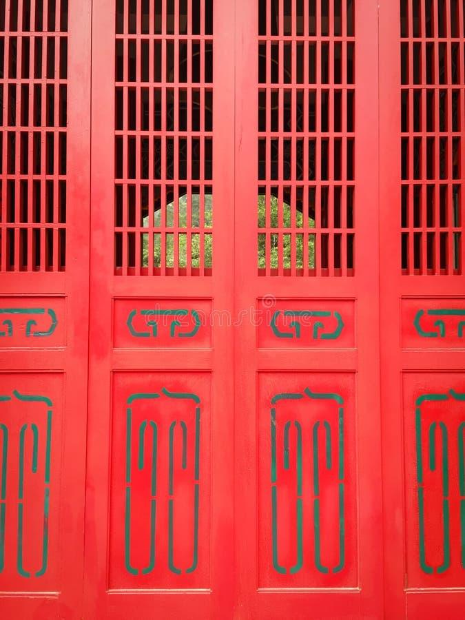 Czerwony drewniany drzwi antyczna pagoda obrazy stock