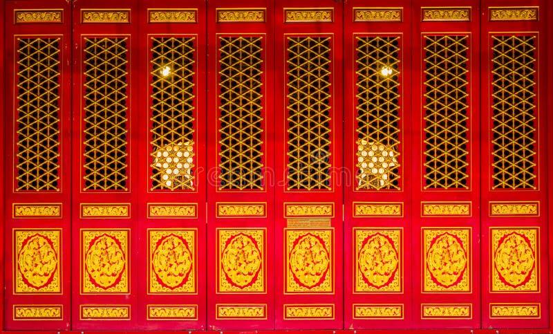 Czerwony drewniany drzwi w chińskiej świątyni obrazy royalty free
