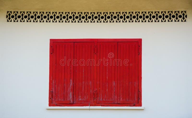 Czerwony drewniany okno na starej ścianie zdjęcia stock