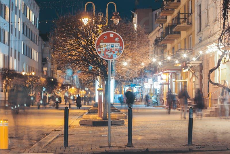 Czerwony drogowego znaka ` przerwy ` w centrum chodząca ulica fotografia royalty free