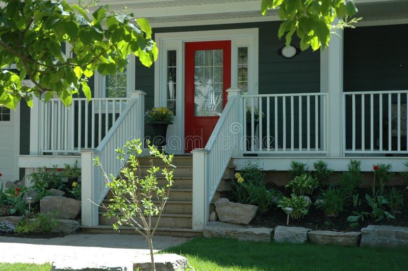 Czerwony drzwi domu wejście zdjęcia stock