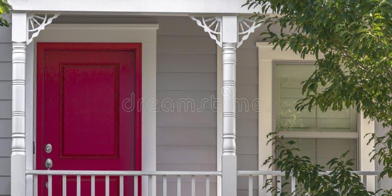 Czerwony drzwi i ślizgowy okno dom z balkonem fotografia royalty free