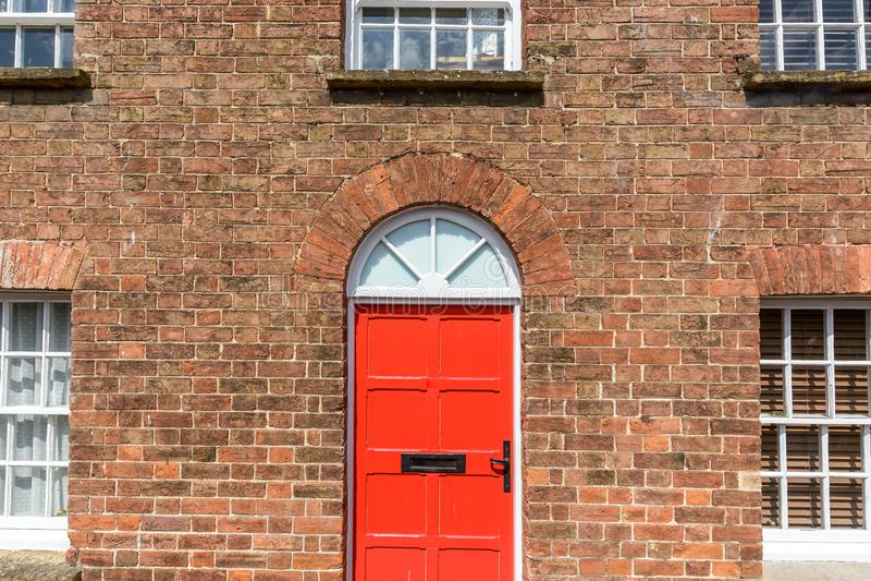 Czerwony drzwi Na Czerwonej cegły domu obrazy royalty free