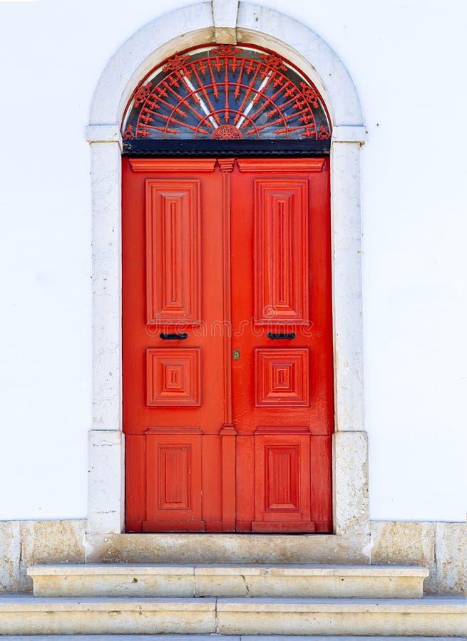 Czerwony drzwi w Mertola, Portugalia Kolory Portugalia serie zdjęcia royalty free