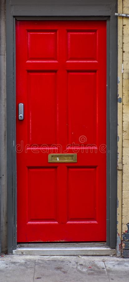 Czerwony drzwi w ulicach Londyn w lecie zdjęcie royalty free