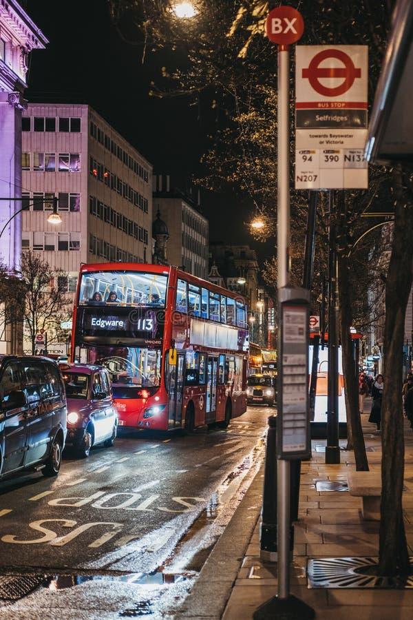 Czerwony dwoistego decker autobus zbli?a si? przystanek autobusowego na Oxford Street, Londyn, UK obraz royalty free