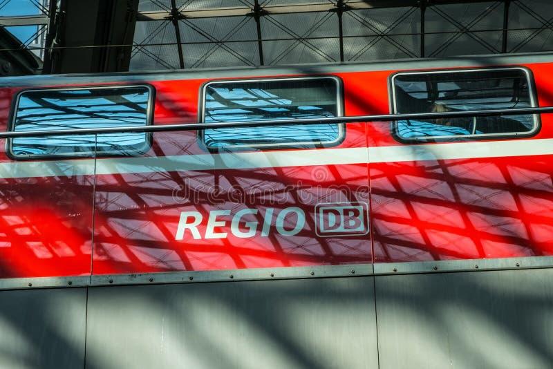 Czerwony dzielnicowy pociąg ekspresowy Regio przy platformą Berlin Mai zdjęcia stock