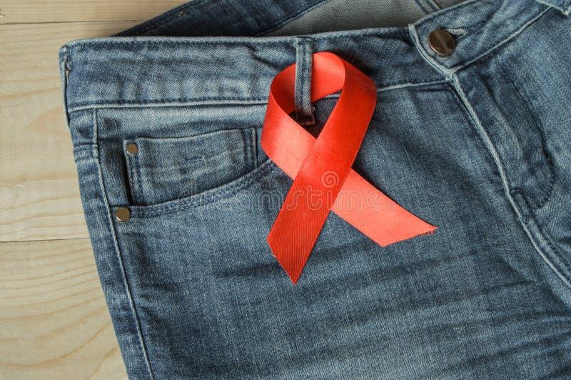 Czerwony faborek na krasnoludkach jest symbolem walki i świadomości pomoce fotografia royalty free