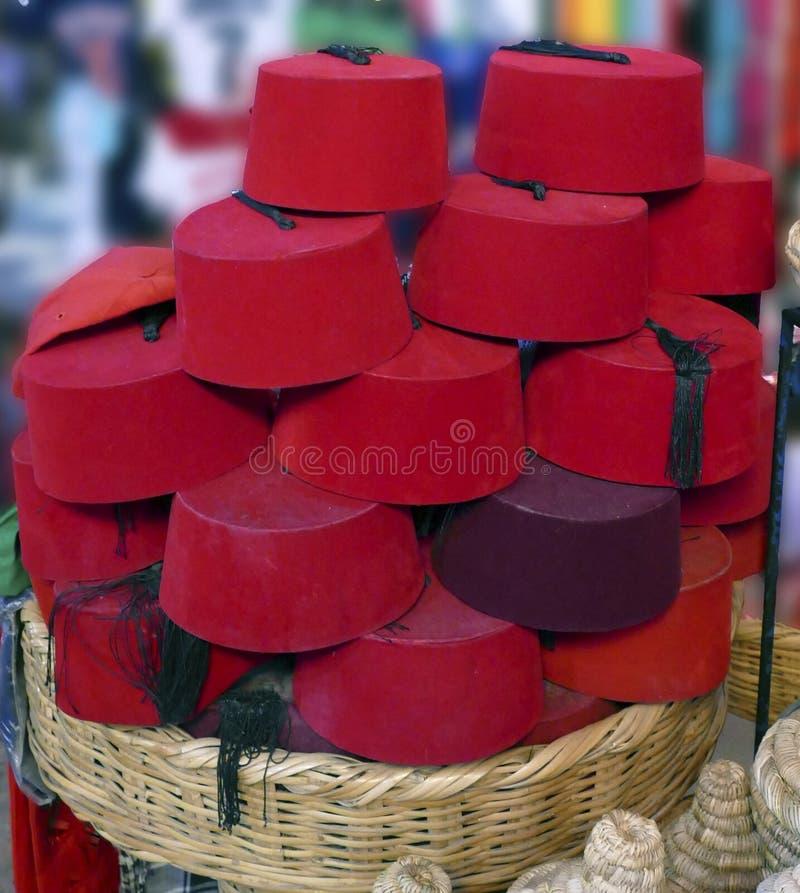 Czerwony fezu tarbouche i białe łozinowe tagine kuchenki obrazy royalty free