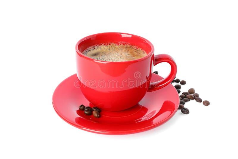 Czerwony filiżanka kawy z kawowymi fasolami odizolowywać na białym tle obraz royalty free
