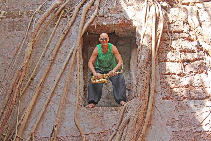 Czerwony fort w India, Goa Saksofonista pokraka bawić się na złocistym al zdjęcie stock