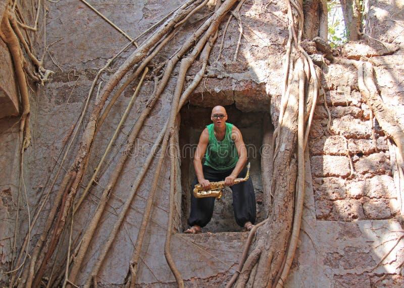 Czerwony fort w India, Goa Saksofonista pokraka bawić się na złocistym al zdjęcia royalty free