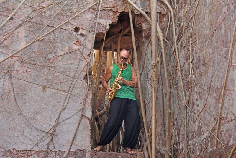 Czerwony fort w India, Goa Saksofonista pokraka bawić się na złocistym al obraz stock