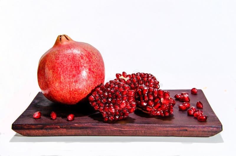 Czerwony garnet, adra granatowiec na drewnianym stole zdjęcia royalty free