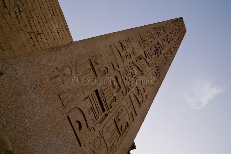 Czerwony granitowy obelisk przed Luxor świątynią fotografia royalty free
