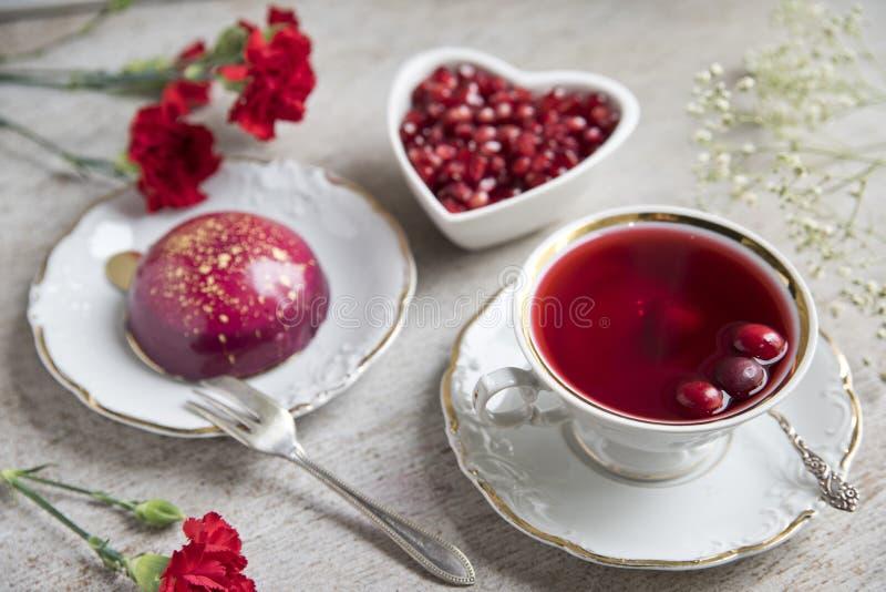 Czerwony herbaciany poślubnik w rocznik filiżance, antykwarska łyżka, tort, malinka kosmos kopii obrazy stock