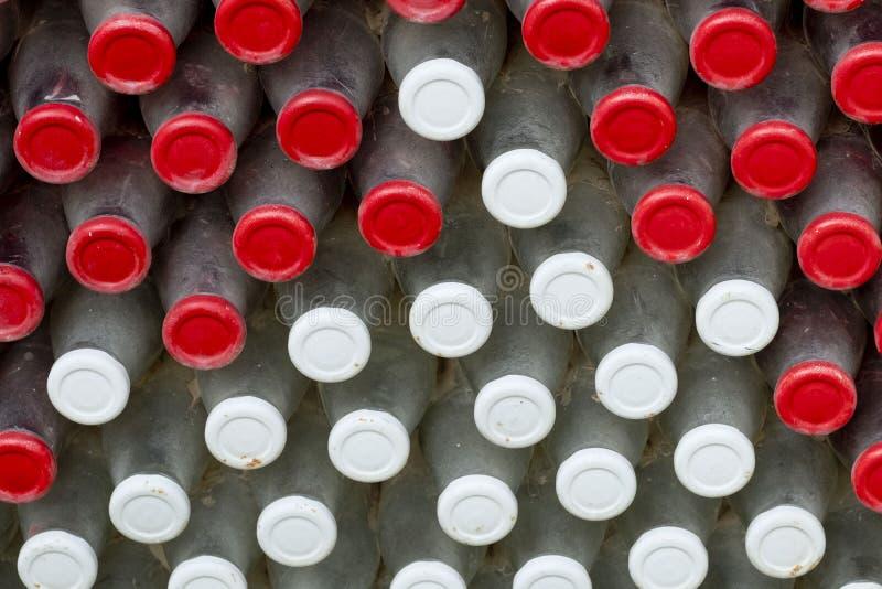 Czerwony i Biały butelek nakrętek tło zdjęcia royalty free