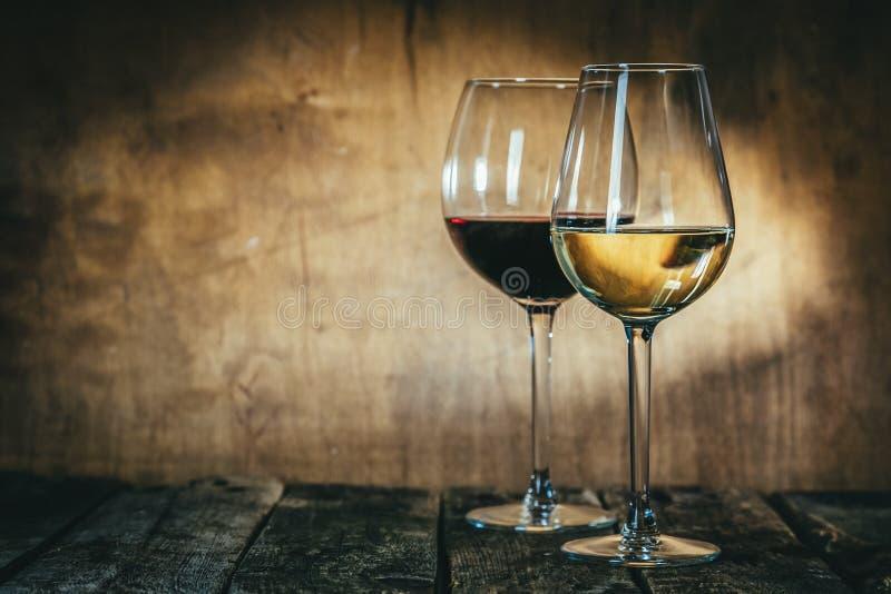 Czerwony i biały wino w szkłach na nieociosanym tle zdjęcia royalty free