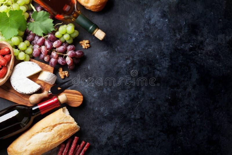 Czerwony i biały wino winogrono, ser i kiełbasy, obrazy stock