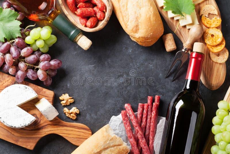 Czerwony i biały wino winogrono, ser i kiełbasy, fotografia royalty free