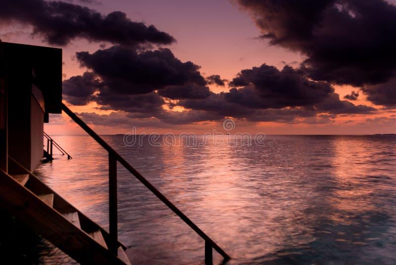 Czerwony i chmurny zmierzch na Maldivian wyspach zdjęcia stock