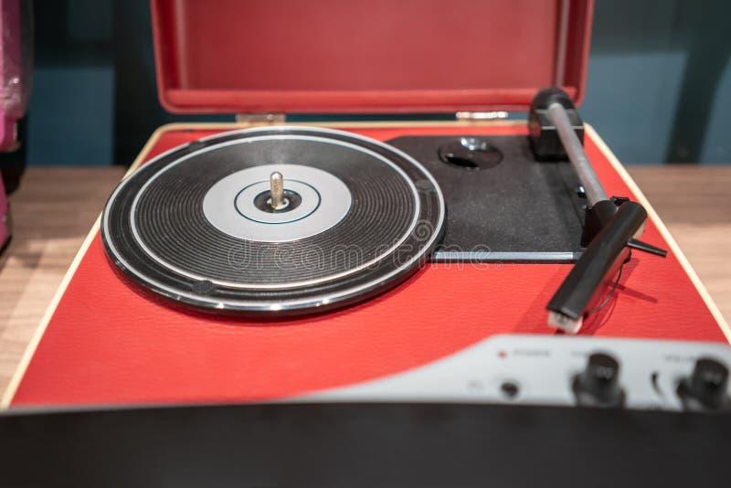 Czerwony i czarny nowożytny winylowy gracz na drewnianym stole zdjęcie royalty free