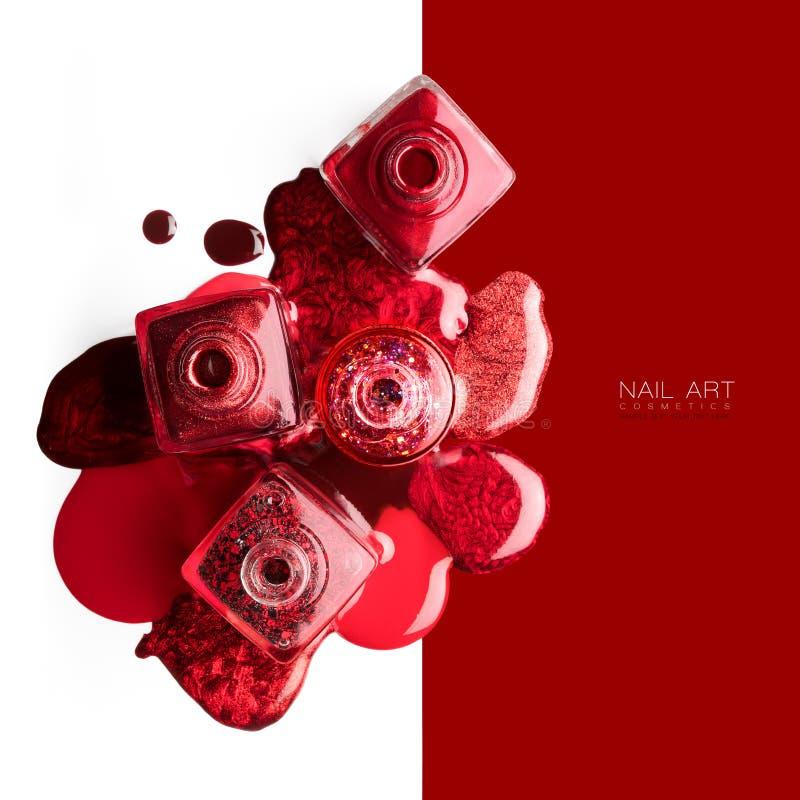 Czerwony i kruszcowy gwóźdź sztuki kosmetyków pojęcie zdjęcia royalty free