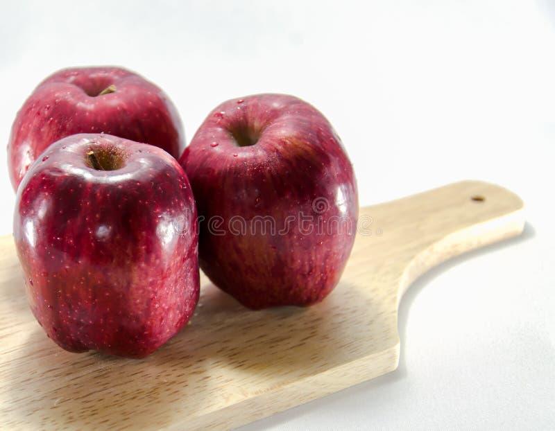 Czerwony jabłczany biały tło obrazy royalty free