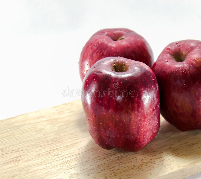 Czerwony jabłczany biały tło zdjęcia royalty free