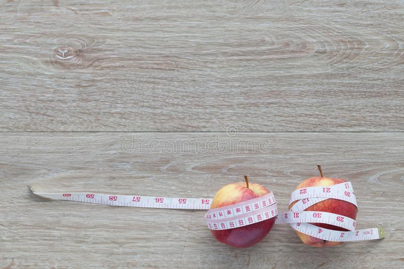 Czerwony jabłczany sedno i pomiarowa taśma Pojęcie ciężar kontrola zdjęcia stock
